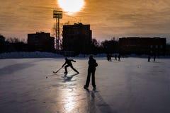 飞奔为球的年轻曲棍球运动员 免版税图库摄影