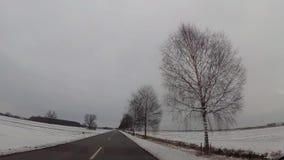 飞奔在汽车,在高速公路的雪的照相机 影视素材