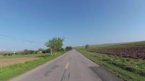 飞奔在驾车的凸轮在绿色领域中 影视素材