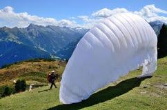 飞将军为与开放降伞的一个跃迁做准备 免版税库存图片