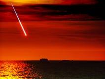 飞星秋天从空间到在黑暗的海日落天空的船 库存图片