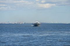 飞星-水翼艇小船审阅芬兰湾在一个晴朗的劳动节 库存照片