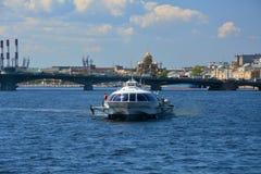 飞星motorship和Blagoveshchensky桥梁在圣彼德堡,俄罗斯 库存照片
