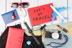 飞机、地图、护照、金钱、手表、照相机、笔记薄与文本& x22; Let& x27; s去TRAVEL& x22; 太阳镜,钱包 免版税库存照片