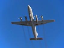飞机。俄国涡轮螺旋桨发动机客机在飞行中伊尔-18。 库存图片