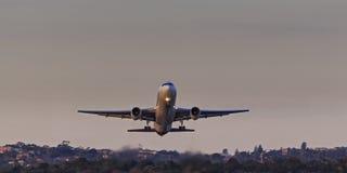 飞机上升的地面前面日落 库存照片