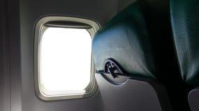 飞机与被隔绝的空的白色窗口的靠窗座位在飞机里面 免版税库存照片