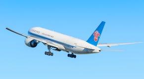 飞机中国南方航空股份有限公司B-2028波音777F在斯希普霍尔机场离开 免版税库存图片