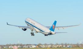 飞机中国南方航空股份有限公司B-5965空中客车A330-300在斯希普霍尔机场离开 免版税图库摄影