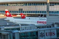 飞机为做准备在苏黎世国际机场起飞 免版税库存图片