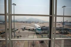 飞机为飞行做准备在香港机场 免版税库存照片