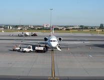 飞机为飞行做准备 免版税库存照片