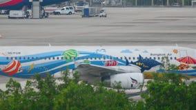 飞机乘出租车在离开前的空客320 影视素材