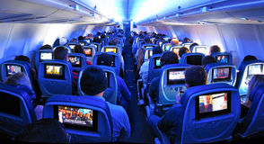 飞机乘客、位子和电视屏幕 库存图片
