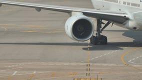 飞机从终端离开并且为飞行做准备 一部分的有引擎的飞机 股票录像