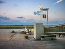 飞机停放在机场在蒙得维的亚 免版税库存照片
