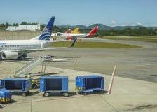 飞机停放在机场在麦德林 免版税库存图片