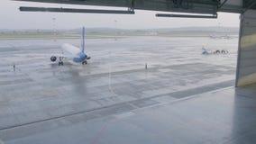 飞机停车处在机场飞机棚 飞机在飞机棚,航空器从窗口的背面图和光 初次公开展出  股票录像