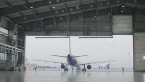 飞机停车处在机场飞机棚 飞机在飞机棚,航空器从窗口的背面图和光 初次公开展出  股票视频