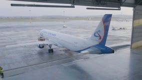 飞机停车处在机场飞机棚 飞机在飞机棚,航空器从窗口的背面图和光 初次公开展出  库存照片