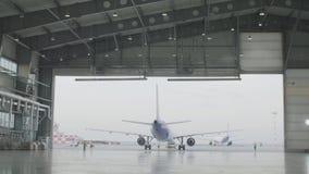 飞机停车处在机场飞机棚 飞机在飞机棚,航空器从窗口的背面图和光 初次公开展出  影视素材