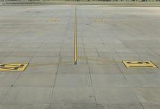飞机停车处在机场 免版税库存照片