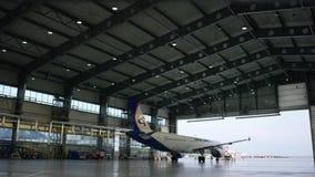 飞机停车处在飞机棚 飞机机场的飞机棚到达 布尔人 股票录像