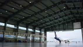 飞机停车处在飞机棚 飞机机场的飞机棚到达 布尔人 股票视频