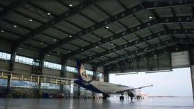 飞机停车处在飞机棚 飞机机场的飞机棚到达 布尔人 影视素材