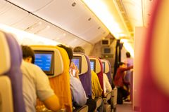 飞机内部有乘客在船上和乘员组的 图库摄影