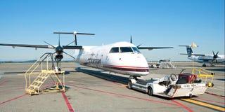 飞机准备好对上在温哥华YVR机场全景 图库摄影