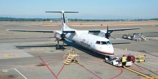 飞机准备好对上在温哥华YVR机场全景 库存照片