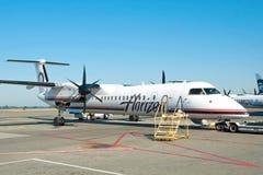 飞机准备好对上在温哥华YVR机场 免版税库存照片