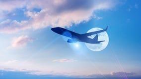 飞机剪影在五颜六色的剧烈的天空机智离开 库存例证