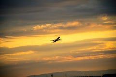 飞机剪影在日落的 免版税库存照片