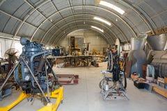 飞机发动机和零件的飞机棚车间 免版税库存图片