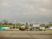 飞机后面视图在机场 库存图片