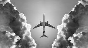 飞机和云彩 免版税库存照片