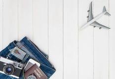 飞机和旅行在白色木拷贝太空旅行概念反对 免版税图库摄影
