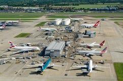 飞机和燃料供应,希思罗机场 免版税库存照片