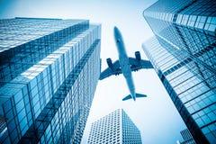 飞机和现代办公楼 免版税库存照片
