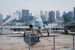 飞机和直升机外面在载体在强悍海和空气博物馆在纽约,美国 库存图片