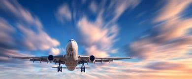 飞机和美丽的天空与行动迷离作用 免版税库存图片