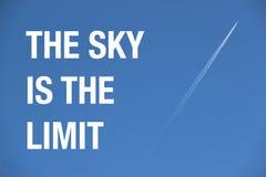 飞机和足迹在蓝色无云的天空与行情 免版税库存照片