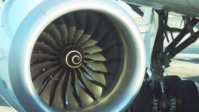 飞机喷气机引擎转动的刀片移动 股票录像