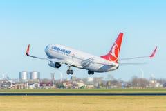 飞机土耳其航空TC-JFM波音737-800在斯希普霍尔机场离开 图库摄影