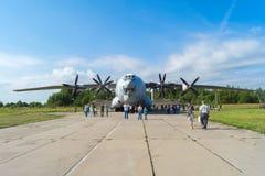飞机在一个晴天营业日在机场Migalovo 免版税库存照片
