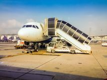 飞机在乘客的领域停放对上到飞机在早晨飞行的离开前在Suvarnab 库存图片