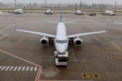 飞机在国际机场接受起飞前的服务 免版税图库摄影