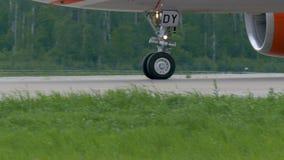 飞机在多莫杰多沃机场登陆了 它沿跑道滚动 影视素材